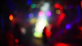 Blurred kulör bokeh från strålkastare i en nattklubb stock video