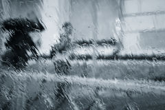 Blurry silhouettes of two people under the rain Royalty Free Stock Images