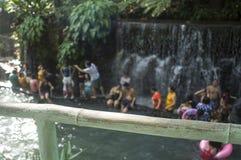 blurs Les gens se baignent en rivière froide et propre d'eau de source de montagne rocheuse photographie stock libre de droits