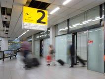 Blury乘客或游人到来终端的2 免版税库存图片