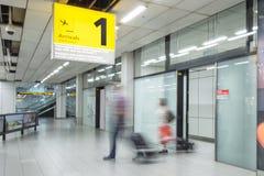 Blury乘客或游人到来终端的1 库存图片