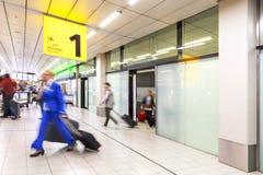 Blury乘客或游人到来终端的1 免版税库存图片