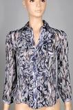 Blus för kvinna` s i abstrakt teckning, på en skyltdocka Isolerat på grå färg Arkivfoton