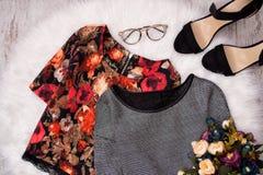 Blus i blommor och grå färger på vit päls, exponeringsglas, skor och en bukett av blommor Trendigt begrepp, bästa sikt Fotografering för Bildbyråer