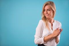 Blusa bianca d'uso della bionda adorabile Fotografie Stock