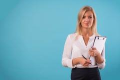 Blusa bianca d'uso della bionda adorabile Immagini Stock Libere da Diritti