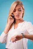Blusa bianca d'uso della bionda adorabile Fotografia Stock Libera da Diritti