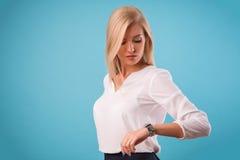 Blusa bianca d'uso della bionda adorabile Fotografie Stock Libere da Diritti