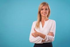 Blusa bianca d'uso della bionda adorabile immagini stock