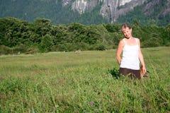 Blusa blanca, hierba verde. Imágenes de archivo libres de regalías