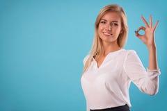 Blusa blanca que lleva del blonde precioso Imágenes de archivo libres de regalías