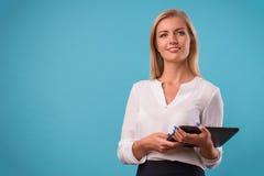 Blusa blanca que lleva del blonde precioso Imagen de archivo libre de regalías
