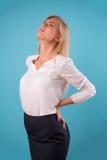 Blusa blanca que lleva del blonde precioso Fotografía de archivo