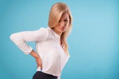 Blusa blanca que lleva del blonde precioso Imagen de archivo