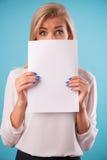 Blusa blanca que lleva del blonde precioso Fotos de archivo libres de regalías