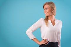 Blusa blanca que lleva del blonde precioso Foto de archivo