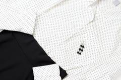 Blusa branca e saia preta, vista superior, fim acima, equipamento na moda imagens de stock royalty free