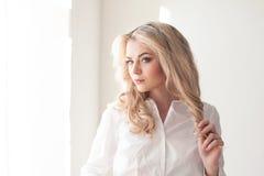 Blusa branca loura da menina de funcionamento foto de stock royalty free