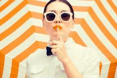 Blusa camisera blanca que lleva y gafas de sol de la mujer hermosa elegante Fotografía de archivo