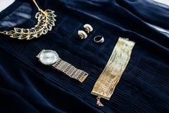 Blusa con los accesorios del oro imagenes de archivo