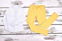 Blusa delle ragazze e pantaloni gialli Fotografia Stock Libera da Diritti