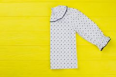 Blusa delle ragazze piegata a metà Fotografia Stock