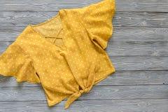 Blusa do amarelo da roupa das mulheres no às bolinhas Equipamento da forma Sh Imagens de Stock