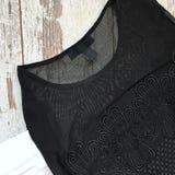 Blusa fêmea preta em um fundo de madeira imagens de stock royalty free