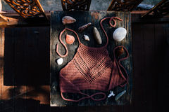 Blusa femenina hecha punto en una tabla de madera con las conchas marinas Tiroteo para el catálogo fotografía de archivo libre de regalías