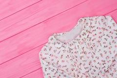 Blusa floral en estante rosado Foto de archivo libre de regalías