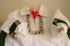 Blusa o camisa rumana tradicional del ` s de los niños, bordada con los adornos florales étnicos, específicos a la parte norteña  Fotos de archivo