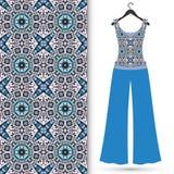Blusa para mujer y pantalones del modelo inconsútil en una suspensión Imagen de archivo libre de regalías