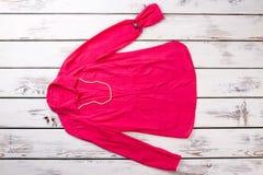 Blusa rosa del ` s delle donne con gli accessori su backgroud di legno Fotografia Stock Libera da Diritti
