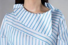 Blusa a strisce del collare insolito Fotografie Stock Libere da Diritti