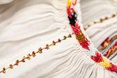 Blusa tradicional rumana - texturas y adornos Fotos de archivo