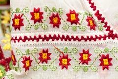 Blusa tradicional rumana - texturas y adornos Imagenes de archivo