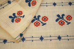 Blusa tradicional rumana - texturas y adornos tradicionales Imagen de archivo libre de regalías