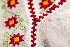Blusa tradizionale rumena - strutture e motivi tradizionali fotografie stock