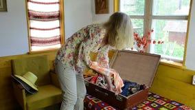 Blusas viejas de la maleta almacen de metraje de vídeo