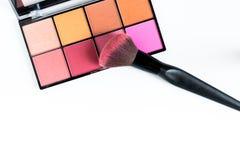 Blush调色板和脸红在白色背景的粉末 免版税图库摄影