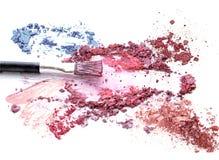 Blush bilden Kosmetik auf zerquetschtem buntem Lidschattenfunkeln stockfotos