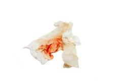 Blut auf Gewebe und Baumwolle auf weißem Isolathintergrund mit Spindel Stockfotos