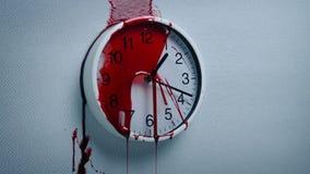 Blut Splats auf Wanduhr stock footage