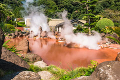Blut-Teichhölle Chinoike Jigokuor in Beppu, Oita, Japan Stockfotos