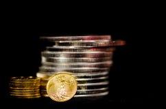 Blut verdorbene Gold- u. Silbermünzen Stockfotografie