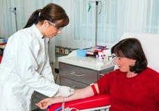 Blut von den Blutspenden im Blutlabor Stockbild