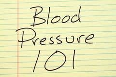 Blutdruck 101 auf einem gelben Kanzleibogenblock Stockbild