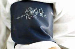 Blutdruck-Messinstrumentmanschette auf Arm Stockfoto
