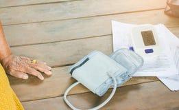 Blutdruck-Monitoren mit Blutdruck-Monitoren, Krebs-Patienten zu Hause lizenzfreie stockbilder