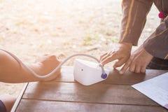 Blutdruck-Monitoren mit Blutdruck-Monitoren, Krebs-Patienten zu Hause stockbild